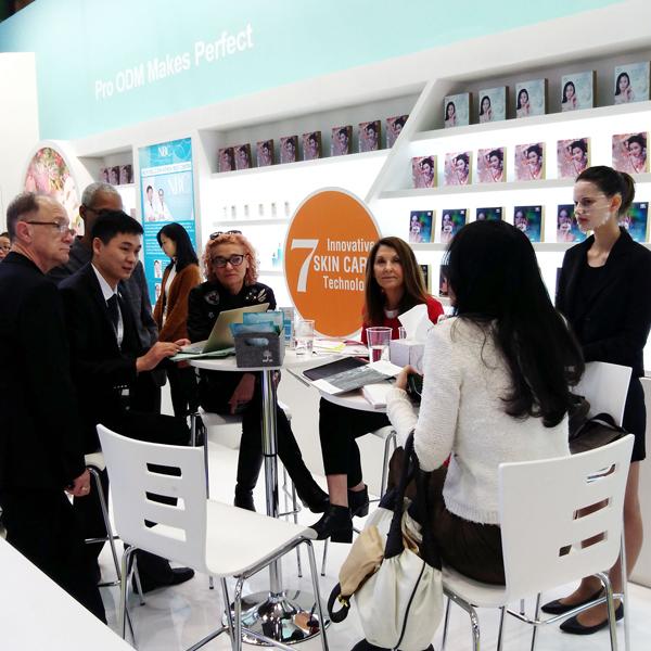 众多客户在诺斯贝尔展位洽谈咨询.jpg